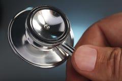 стетоскоп человека руки стоковая фотография rf