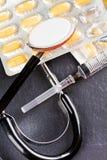 Стетоскоп, шприц и витамины Стоковые Изображения RF