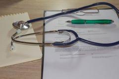 Стетоскоп ` s доктора на таблице рабочее место доктора с стетоскопом на таблице Стоковые Фото