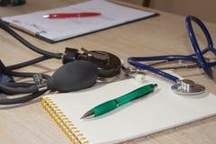 Стетоскоп ` s доктора на таблице рабочее место доктора с стетоскопом на таблице Стоковое Изображение RF