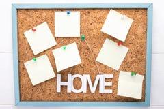 7 стикеры или letterheads на corkboard, концепции уведомления, космосе экземпляра, планировании или концепции напоминания стоковая фотография
