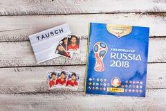 Стикеры и альбом Panini collectible для футбола 2018 России w Стоковые Изображения