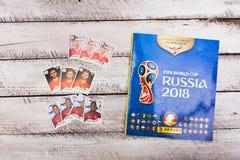 Стикеры и альбом Panini collectible для футбола 2018 России w Стоковое Фото