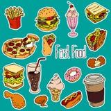 Стикеры фаст-фуда установили на голубую предпосылку Гамбургер вектора, пицца, сода, французский картофель фри, хот-доги, морожено иллюстрация штока