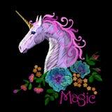 Стикер заплаты вышивки единорога фантазии Розовый фиолетовый цветок лошади гривы аранжирует орнамент мака розовый Волшебство знач иллюстрация штока