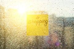 Стикер с текстом SCHOPPING Окно предпосылки солнечное с сияющим дождем падает, взгляд города Стоковая Фотография RF
