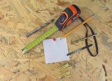 Стикер для записывать и инструменты для плиты OSB Стоковые Изображения RF