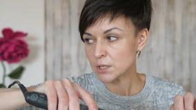 Стилизатор визажиста работает с моделью парикмахер делает дизайн волос модели женщина работает styler с видеоматериал