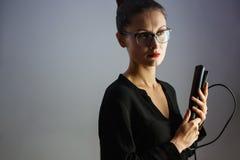 Стилизатор девушки держа завивая утюг для волос стоковые изображения