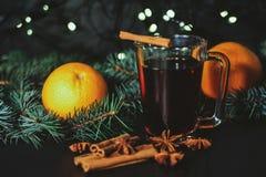 Стилизованное фото обдумыванного вина на предпосылке рождества Стоковые Фотографии RF