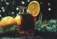 Стилизованное фото обдумыванного вина на предпосылке рождества Стоковое Изображение