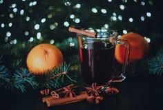 Стилизованное фото обдумыванного вина на предпосылке рождества Стоковая Фотография