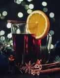 Стилизованное фото обдумыванного вина на предпосылке рождества Стоковые Изображения RF