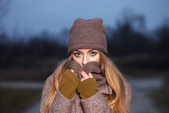 Стильная белокурая женщина в ультрамодное городском outwear представлять холод Forest Park Винтажным цвет фильтра насыщенный филь стоковая фотография rf