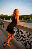 Стильная богатая молодая романтичная женщина на патио смотря прочь стоковые фото
