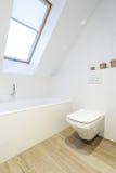 Стильная ванная комната чердака в белизне Стоковые Изображения RF