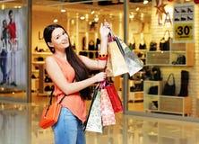 Стильная девушка с покупками Стоковые Изображения RF