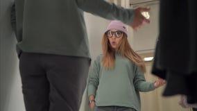 Стильная женщина битника пробуя на новых одеждах в уборной магазина акции видеоматериалы