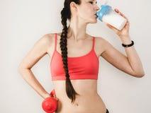 Стильная женщина выпивая коктеиль протеина стоковые изображения rf
