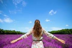 Стильная женщина в поле лаванды в ликование Провансали, Франции стоковые фотографии rf