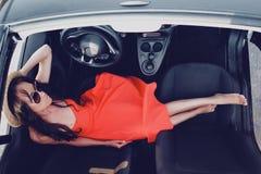Стильная женщина в cabriolet автомобиля Стоковое Фото