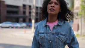 Стильная женщина идя быстро в город сток-видео