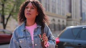 Стильная женщина идя быстро в город видеоматериал