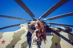 Стильная женщина на заднем плане вертолета Стоковые Фотографии RF
