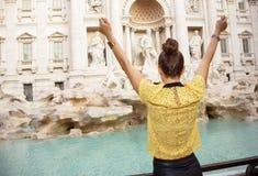 Стильная женщина на фонтане Trevi в ликование Риме, Италии стоковая фотография rf