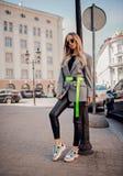 Стильная женщина представляя на улице стоковые фотографии rf