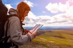 Стильная женщина с пешим туризмом рюкзака стоковые изображения