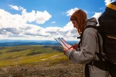 Стильная женщина с пешим туризмом рюкзака стоковое изображение