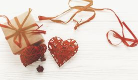 Стильная коробка настоящего момента ремесла и положение роз сердец плоское на белой Руси Стоковая Фотография
