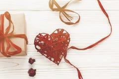 Стильная коробка настоящего момента ремесла и положение роз сердец плоское на белой Руси Стоковые Изображения