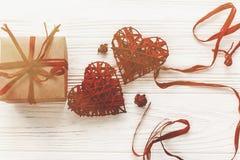Стильная коробка настоящего момента ремесла и положение роз сердец плоское на белой Руси Стоковое Изображение RF
