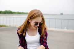 Стильная маленькая девочка имея потеху и потратить время в лете на улице во время праздников стоковые изображения rf