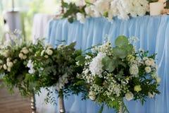 Стильная, модная церемония свода свадьбы украшенная с цветками голубых и белизны различными иллюстрация конструкции карточки пред Стоковые Изображения RF