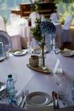 Стильная, модная церемония свода свадьбы украшенная с цветками голубых и белизны различными иллюстрация конструкции карточки пред Стоковая Фотография