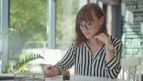 Стильная молодая женщина приниманнсяая за каллиграфия Чернила и ручка сток-видео