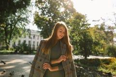 Стильная молодая женщина с естественным составом и wa длинных волос нося Стоковая Фотография