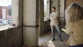 Стильная мужская модель представляет в катакомбах для fotosession 4K видеоматериал