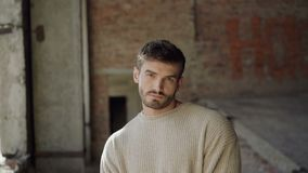 Стильная мужская модель смотрит камеру в катакомбах 4K видеоматериал