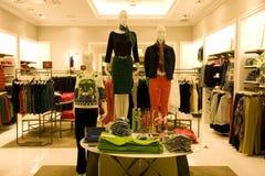 Стильная одежда женщины в магазине стоковые изображения