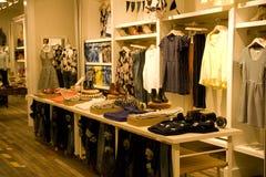 Стильная одежда женщины в магазине стоковая фотография rf