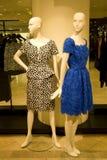 Стильная одежда женщины на манекенах на магазине Стоковое Изображение