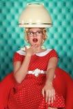 Стильная ретро женщина имея ее волос быть высушенным Стоковые Изображения RF