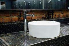 Стильная современная удобная просторная уборная Интерьер, никто Дорогие качественные материалы, роскошь стоковое изображение rf