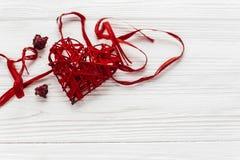 Стильное красное сердце на белой деревянной предпосылке Счастливые валентинки Стоковые Фото