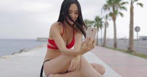 Стильное модельное принимая selfie на тропической набережной акции видеоматериалы