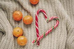 Стильное положение квартиры рождества тросточка конфеты пипермента в форме сердца Стоковое Фото